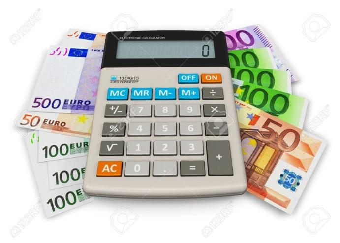 11334133-concept-de-comptabilite-financiere-calculatrice-de-bureau-sur-le-tas-de-billets-en-euros-isole-sur-fond-bl
